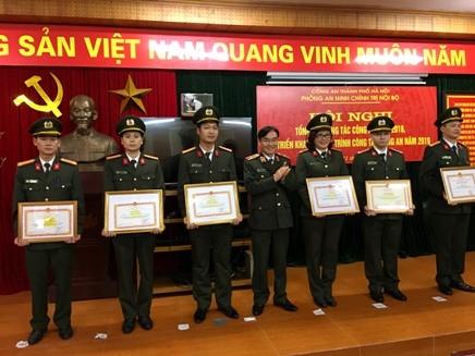 Thiếu tướng Nguyễn Quang Hùng, Phó Tư lệnh Bộ Tư lệnh Cảnh vệ trao các quyết định khen thưởng của Bộ Công an và UBND TP cho các cá nhân thuộc phòng An ninh chính trị nội bộ, CATP Hà Nội