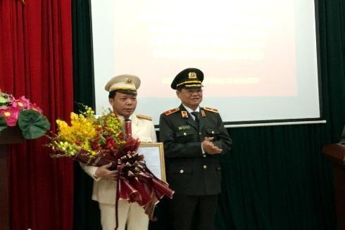 Thiếu tướng Đào Thanh Hải, Phó Giám đốc CATP Hà Nội thừa ủy quyền của lãnh đạo Bộ Công an trao quyết định thăng cấp bậc hàm Đại tá cho đồng chí Dương Văn Hiếu