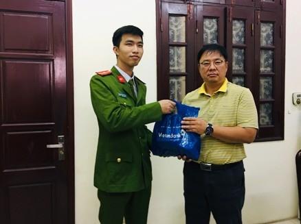 CAQ Cầu Giấy trao trả số tiền hơn 1 tỷ đồng cho ông An Ung, Giám đốc công ty TNHH Taewon Soltech Vina