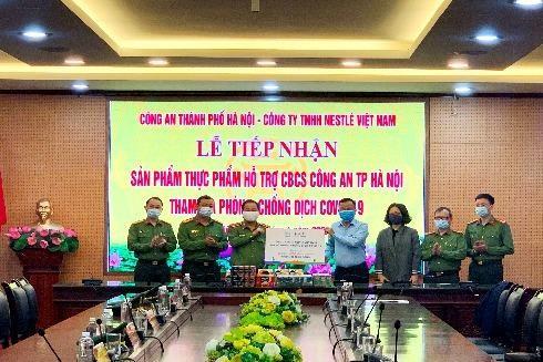 Công an thành phố Hà Nội tiếp nhận sản phẩm thực phẩm hỗ trợ cán bộ chiến sĩ tham gia phòng chống dịch Covid-19 của Công ty TNHH Neslé Việt Nam