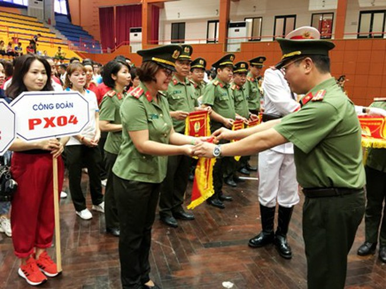 Lãnh đạo Công đoàn CATP tặng cờ lưu niệm cho các đơn vị tham gia