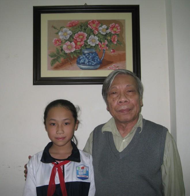 Nhạc sĩ Hàn Ngọc Bích và cháu nội (ảnh Mai Hoàng)