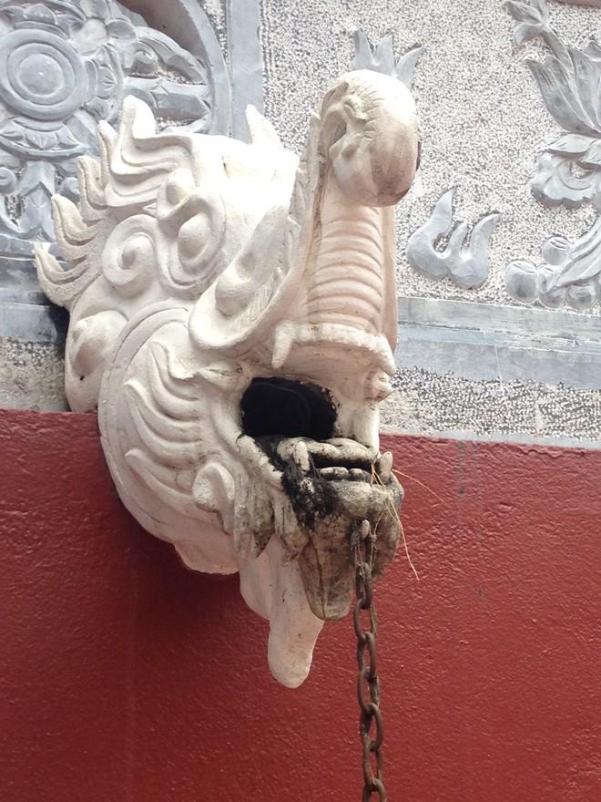 Cận cảnh phù điêu lai căng ở chùa Hương