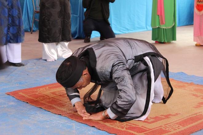 Chủ lễ thực hiện các nghi lễ trong hội thề