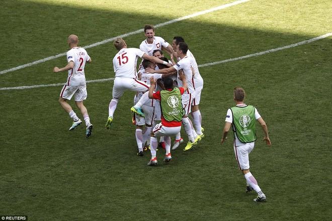 Niềm vui của các cầu thủ Ba Lan sau chiến thắng trên chấm 11m