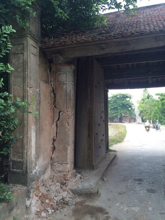 Cổng làng Đường Lâm bị nút một vệt dài sau khi bị ô tô đâm vào