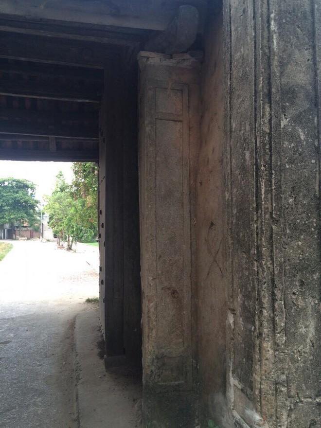 Phần bên trái của cổng vẫn an toàn và nguyên trạng sau tai nạn
