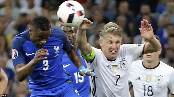 Pha để bóng chạm tay oan nghiệt của Schweinsteiger