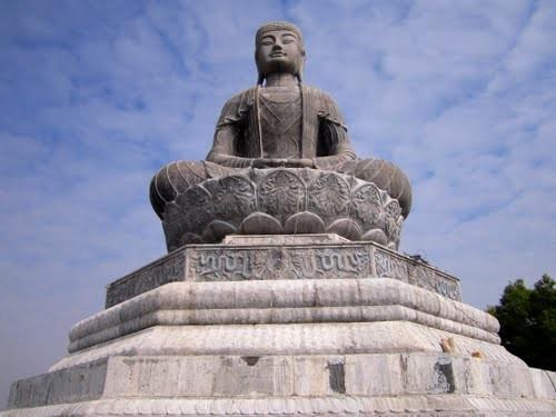Bức đại tượng Phật cao 27m, nặng 3.000 tấn lấy nguyên mẫu từ bức Adiđà được dựng tại núi Phật Tích nhân kỷ niệm 1.000 năm Thăng Long- Hà Nội