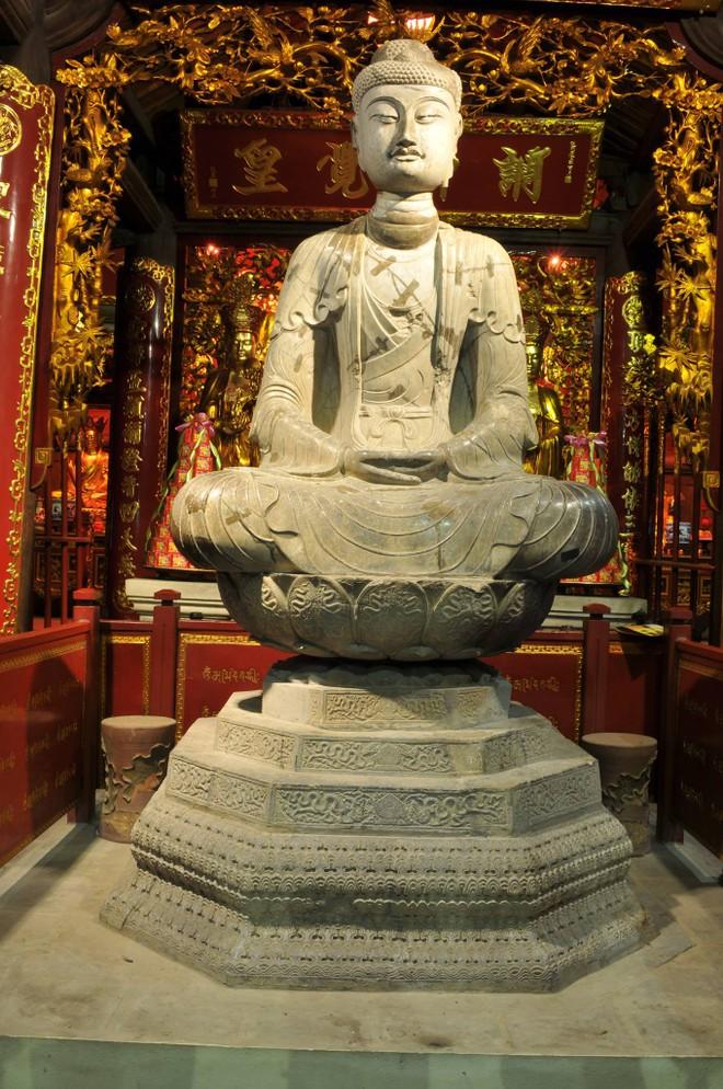 Tượng Adiđà hiện đang được thờ tại chính điện chùa Phật Tích