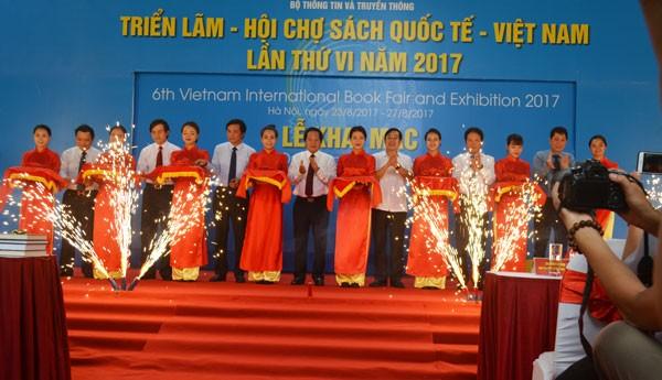 Bộ trưởng Trương Minh Tuấn cùng các đại biểu tham dự khai mạc triển lãm
