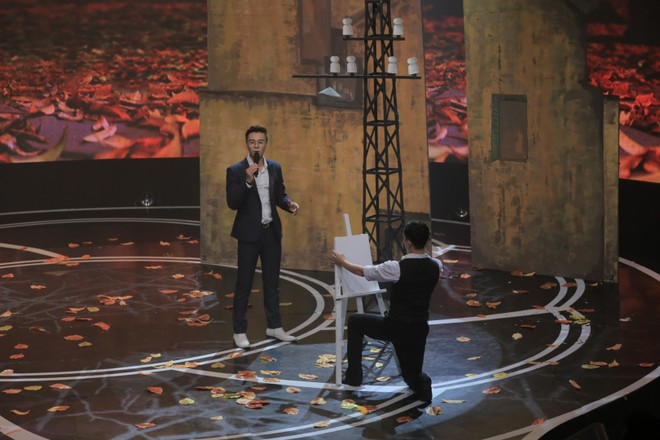 Ca sĩ Đông Hùng trên sân khấu Giai điệu tự hào thể hiện ca khúc Mối tình đầu
