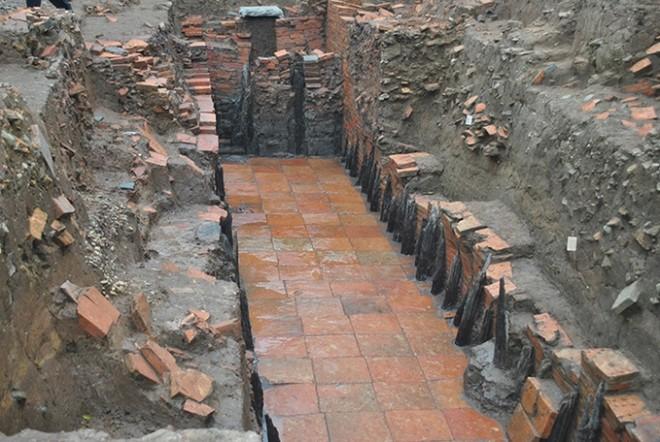 """Viện khảo cổ học Việt Nam là đơn vị chủ trì nghiên cứu khai quật khảo cổ học tại Hoàng Thành Thăng Long - """"Đường nước""""- là một trong những phát hiện quan trọng cho thấy quy mô của Kinh thành Thăng Long xưa"""