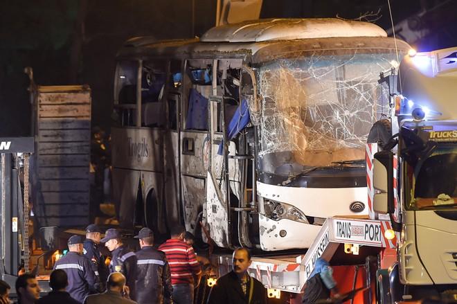 Chiếc xe khách bị đánh bom ở Ai Cập khiến 3 người Việt thiệt mạng (Ảnh AFP)