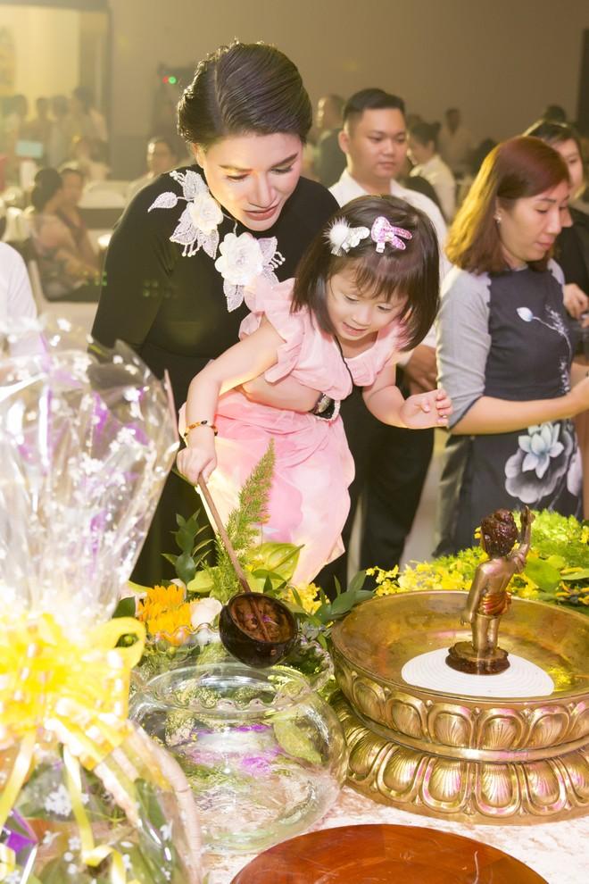 Trang Trần cùng cô con gái đầu lòng tới tham gia chương trình thiện nguyện (ảnh Cao Minh Mẫn)