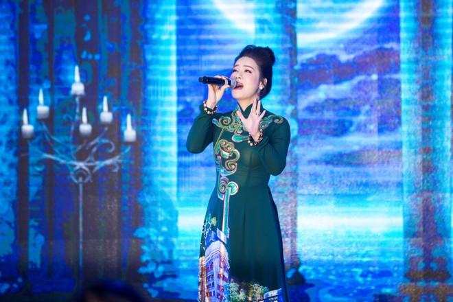 Nhật Kim Anh diện áo dài và thể hiện 2 ca khúc ý nghĩa: Trăng tròn tháng tư, Nguyện theo chánh pháp...