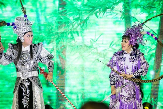 Cặp nghệ sĩ Kim Tử Long, Trinh Trinh diễn lại một trích đoạn tuồng cổ.