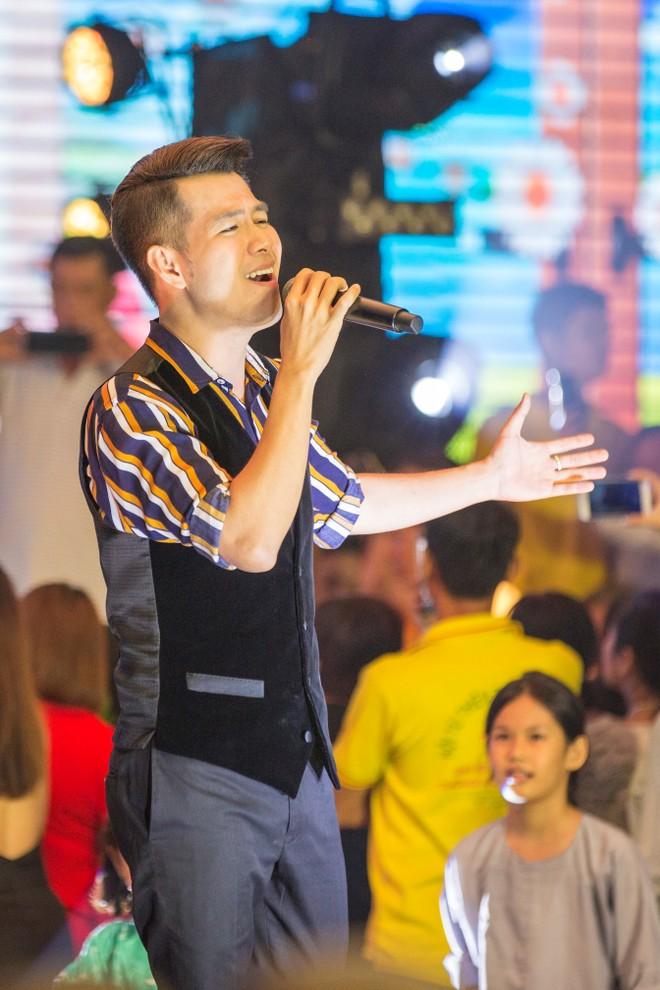 Hồ Trung Dũng khoe giọng hát tình cảm qua các bài hát: Mỗi ngày tôi chọn một niềm vui, Mẹ ơi có biết, Hello Vietnam.