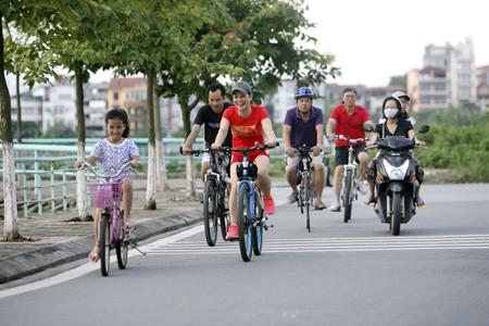 Con đường vòng quanh hồ Tây từ lâu đã trở thành điểm hẹn cho những người đi xe đạp