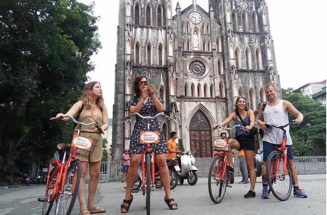 Nhiều khách du lịch nước ngoài khi tới Hà Nội đã chọn xe đạp làm phương tiện để khám phá thành phố