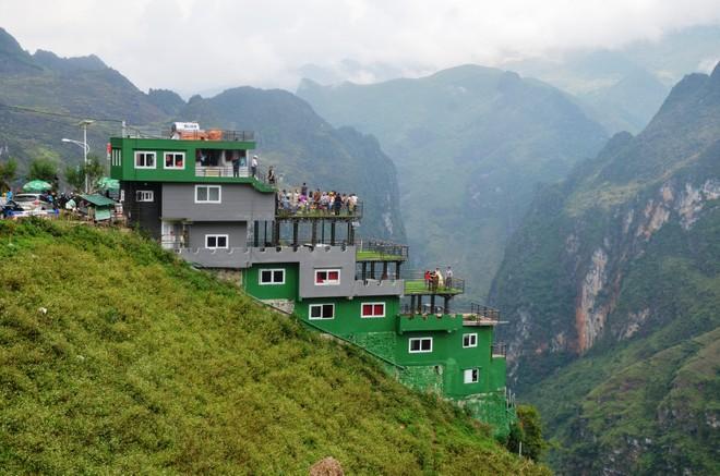 """Sau khi dư luận phản ứng dữ dội vì công trình xây dựng ảnh hưởng tới cảnh quan thiên nhiên Mã Pì Lèng, chủ quán cà phê Panorama đã cho sơn xanh với hy vọng """"bảo vệ môi trường"""""""
