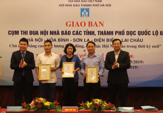 """Bài viết """"Những ngôi làng ven đô Hà Nội khó viết tiếp huyền thoại, nếu…"""" của báo An ninh Thủ đô (giữa) được trao giải B"""