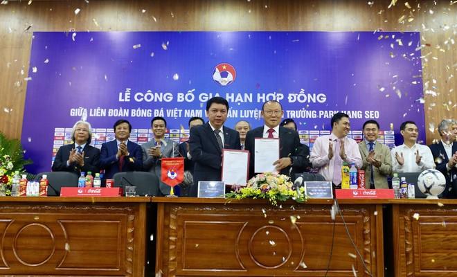 HLV Park (phải) gắn bó với bóng đá Việt Nam thêm 3 năm