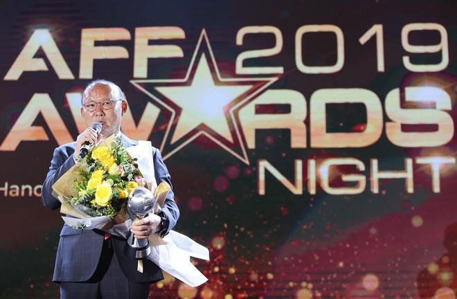HLV Park Hang-seo (phải) nhận giải xuất sắc nhất Đông Nam Á (Ảnh: Vũ Vy)