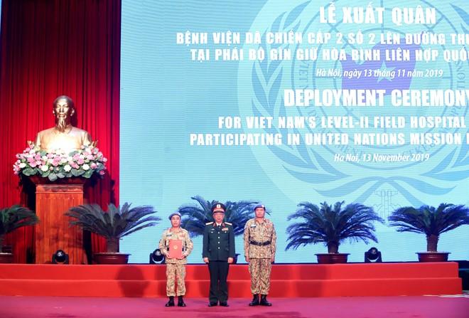Thượng tướng Nguyễn Chí Vịnh, Thứ trưởng Bộ Quốc phòng trao Quyết định của Chủ tịch nước cho Bệnh viện dã chiến cấp 2 số 2 (Ảnh: Trần Thường)