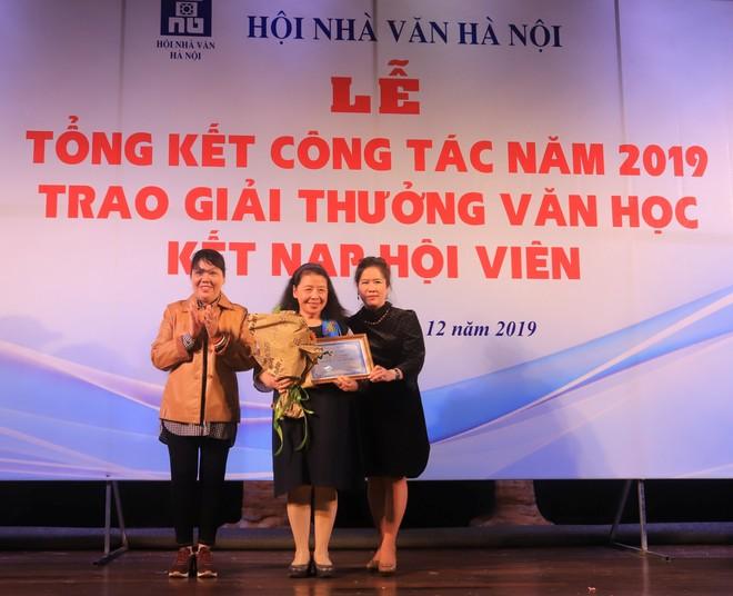 Nhà văn Nguyễn Thị Thu Huệ và nhà văn Y Ban thay mặt BCH Hội Nhà văn Hà Nội trao giải Thành tựu văn học trọn đời cho nhà văn Lê Minh Khuê
