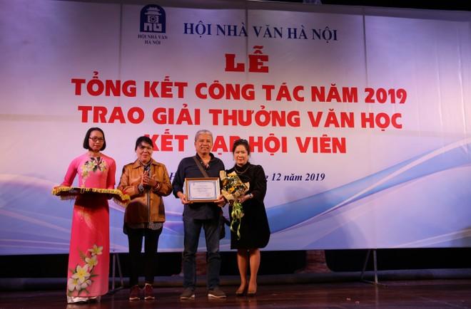 """Tác giả """"Thị dân tiểu thuyết"""" Nguyễn Việt Hà nhận giải thưởng Hội Nhà văn Hà Nội hạng mục văn xuôi"""