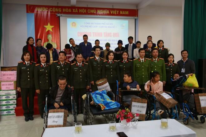 Hội Phụ nữ Công an Hà Nội và Cụm thi đua số 7 thăm, tặng quà các nạn nhân nhiễm chất độc da cam/dioxin ảnh 4