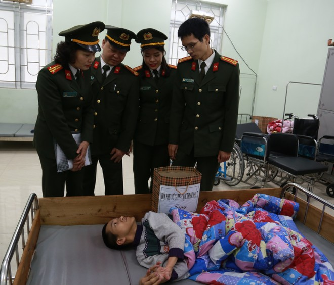Hội Phụ nữ Công an Hà Nội và Cụm thi đua số 7 thăm, tặng quà các nạn nhân nhiễm chất độc da cam/dioxin ảnh 3