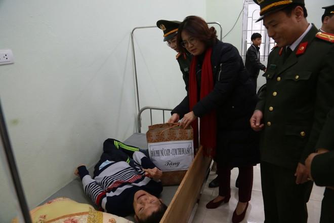 Hội Phụ nữ Công an Hà Nội và Cụm thi đua số 7 thăm, tặng quà các nạn nhân nhiễm chất độc da cam/dioxin ảnh 6