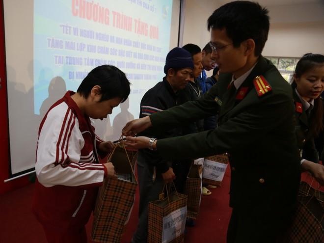 Hội Phụ nữ Công an Hà Nội và Cụm thi đua số 7 thăm, tặng quà các nạn nhân nhiễm chất độc da cam/dioxin
