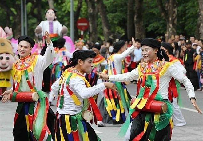 """Điệu múa cổ """"Con đĩ đánh bồng"""" của người dân làng Triều Khúc"""