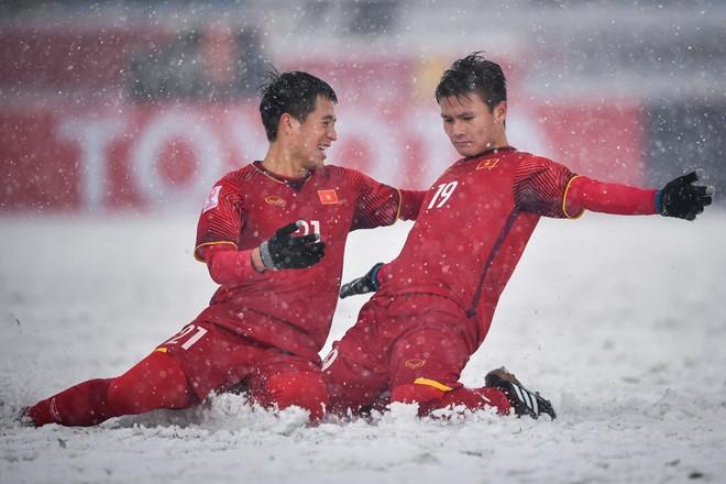 Cầu thủ Nguyễn Quang Hải (trái) được vinh danh Cầu thủ bóng đá xuất sắc nhất trong năm của Liên đoàn bóng đá Đông Nam Á