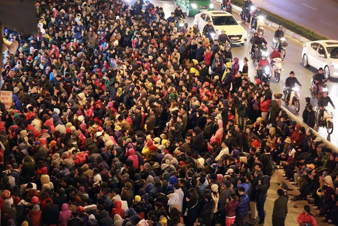 Biển người cúng dâng sao giải hạn ngồi tràn ra đường trước cửa chùa Phúc Khánh, hình ảnh vẫn thấy hàng năm vào đầu tháng Giêng âm lịch tại Hà Nội