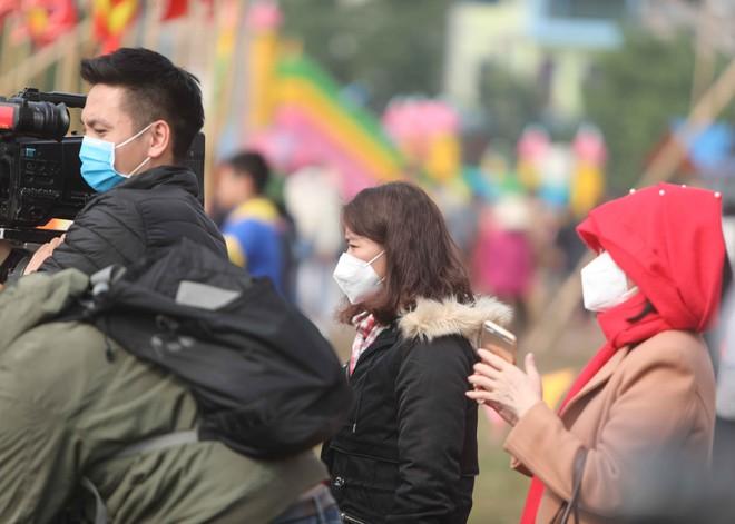 Phóng viên đi đưa tin lễ hội thời dịch virus Corona (ảnh Tùng Lê)