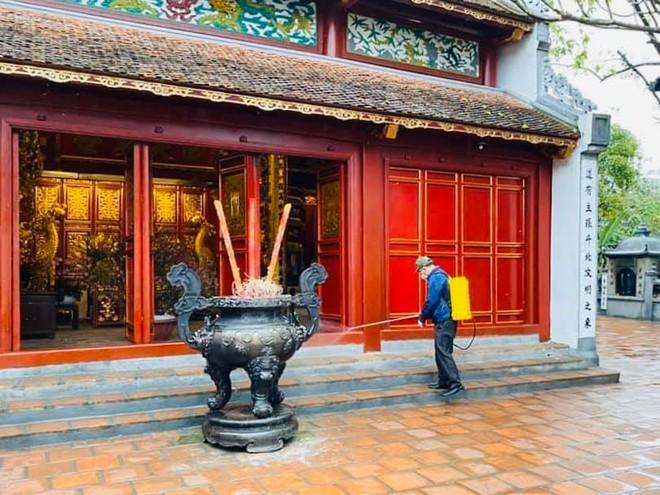 Đền Ngọc Sơn, di tích quan trọng bậc nhất của Hà Nội sau 1 ngày đóng cửa thực hiện vệ sinh, phun thuộc khử trùng đã mở cửa trở lại đón khách tham quan