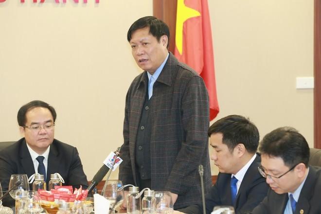 Thứ trưởng Bộ Y tế Đỗ Xuân Tuyên thông tin đến Hội nghị các diễn biến mới nhất của dịch bệnh do chủng mới của virus Corona gây ra (ảnh Quang Vinh)