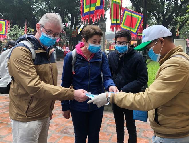 Nhiều điểm di tích trên địa bàn Hà Nội đều thực hiện phát khẩu trang cho du khách, hướng dẫn du khách rửa tay sát khuẩn trước khi tham quan (ảnh: Lam Thanh)