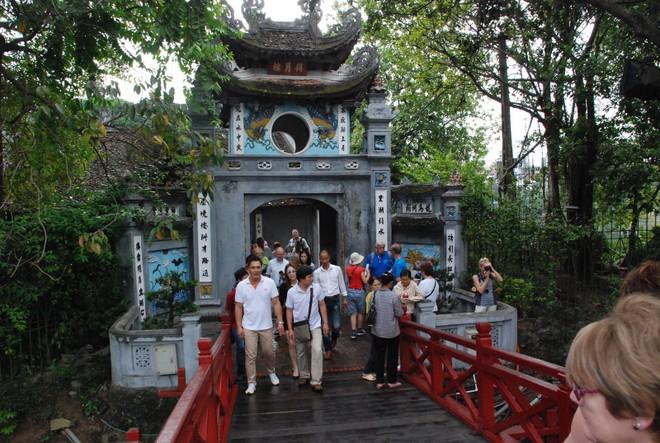 Nhiều di tích ở Hà Nội tạm dừng đón khách để vệ sinh phòng dịch