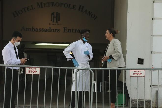 Khách sạn Metropole được tiến hành phun khử khuẩn vào sáng nay, 9/3 (ảnh Nam Nguyễn)