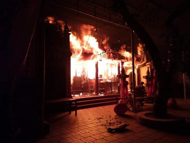 Ngọn lửa lớn đã làm than hóa toàn bộ kiến trúc đền (ảnh Đức Tuấn)