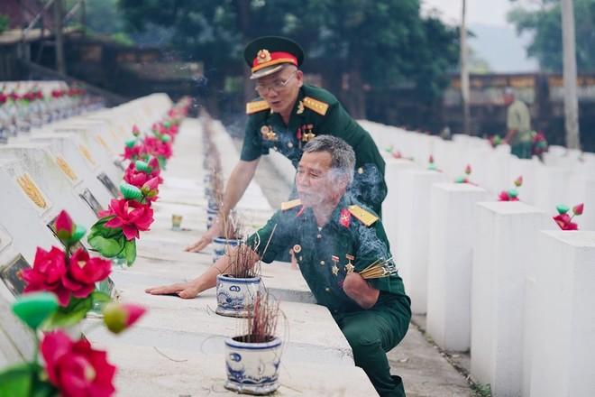 """""""Gặp lại đồng đội xưa""""- ảnh Trịnh Sơn"""