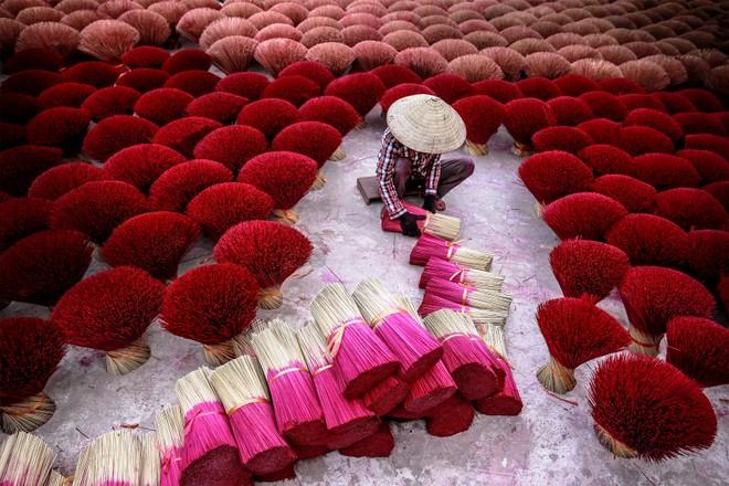 """""""Làm hương"""" / Hương được xem là cầu nối thiêng liêng để kết nối cuộc sống của con người với thế giới tâm linh. Làm hương là công việc truyền thống ở Việt Nam từ hàng nghìn năm."""