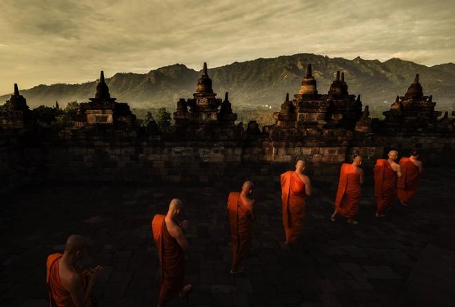 """Các nhà sư Thái Lan đang thực hiện nghi lễ """"nhiễu hành"""" vào lúc bình minh tại Thánh địa Phật Giáo Borobudur - Indonesia (ảnh Nguyễn Khánh)"""
