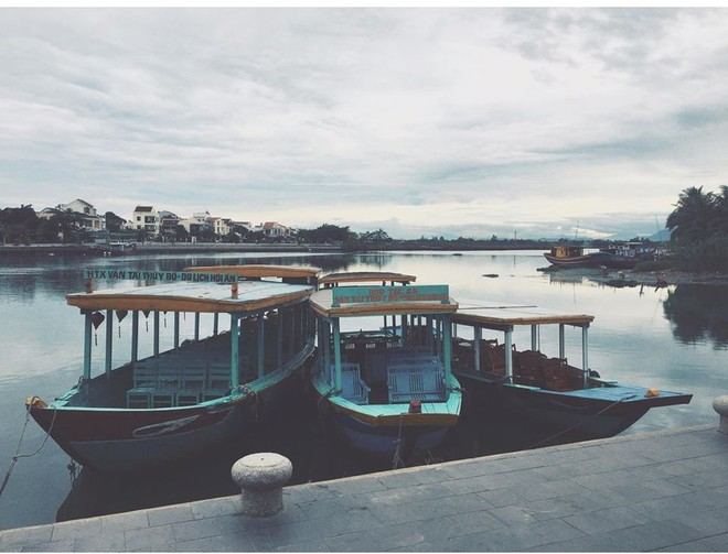 Những con thuyền chở khách du lịch nằm im lìm trên dòng Thu Bồn (ảnh Mai Kỳ)