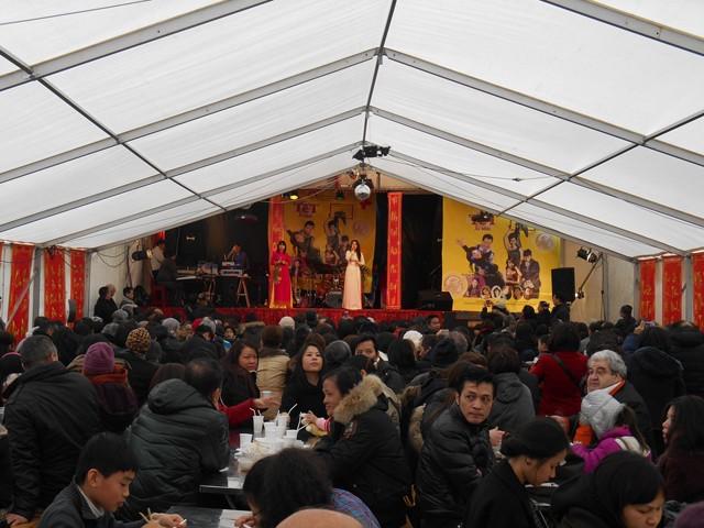 Không chỉ có người Việt mà chợ Thanh Bình còn thu hút được đông đảo người nước ngoài tới mua sắm trong dịp Tết